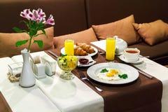 Europäisches Frühstück, Business-Lunch, französisches Frühstück, Hörnchen, Lizenzfreies Stockbild