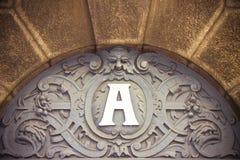 Europäisches Gebäude des 19. Jahrhunderts mit Eingang mit referenc Lizenzfreies Stockfoto