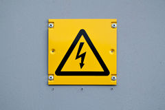 Europäisches gelbes Blitzzeichen der Hochspannung Warnen über gefährlichen Strom Stockfotografie