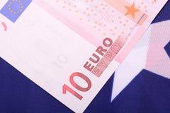 Europäisches Geld auf amerikanischer Flagge Stockfotografie