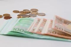 Europäisches Geld mit Münzen im Hintergrund Lizenzfreie Stockbilder