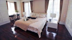 Europäisches königliches kingbed im Schlafzimmer Stockfoto