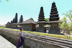 Europäisches kaukasisches Mädchen betrachtet Bali-Tempel Taman Ayun Lizenzfreie Stockbilder