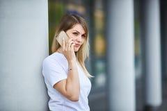 Europäisches Mädchen mit dem geraden Haar sprechend am Telefon stockbilder