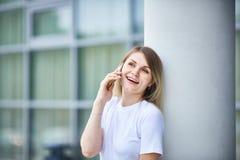 Europäisches Mädchen mit dem geraden Haar sprechend am Telefon stockbild