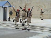 Europäisches Militär schützt die angehobenen Stechschrittarme Stockbild