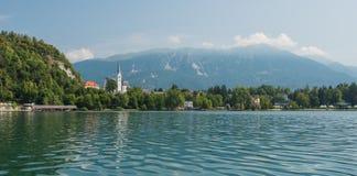 Europäisches See panoram mit alter Kirche Lizenzfreie Stockbilder