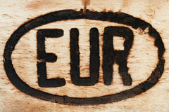 Europäisches Zeichen graviert auf einem Stück Holz stockbild