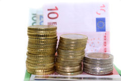 Europémynt och räkningar på vit bakgrund Arkivfoton