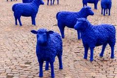 Europ?ische Gemeinschaft farbige blaue Schafe Ausstellungs-Ereignis f?r EU-Wahl Auf einem Markt in Sindelfingen, Baden-W?rttember stockfotografie