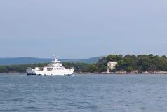 europa Área mediterrânea MAR DE ADRIÁTICO Croácia Seascape Dalmatian Uma navigação do balsa-catamarã após uma ilha do pinho verde imagens de stock royalty free