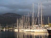 europa Área mediterrânea País de Montenegro Cidade da barra Iate amarrados do sol após a tempestade Oficial de polícia de setembr Imagem de Stock Royalty Free