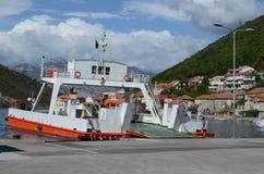 Europa adriatic hav Montenegro Kotor fjärd Seglingfärja i suny dag fotografering för bildbyråer