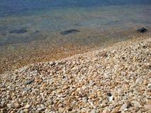 europa ADRIATISCHE OVERZEES montenegro Golven op het strand van de Herfst van 2012 van de Barstad Stock Fotografie
