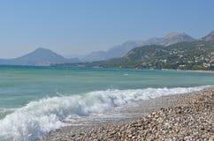 europa ADRIATISCHES MEER montenegro Wellen auf dem Strand der Barstadt Lizenzfreie Stockfotografie