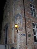 Europa, Bélgica, Flanders ocidental, Bruges, lanterna de queimadura no canto da casa imagens de stock