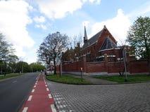Europa, België, West-Vlaanderen, Brugge, mening van de weg en de Kerk royalty-vrije stock afbeelding