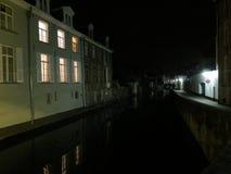 Europa, Belgien, Brügge, alte Häuser durch den Kanal nachts lizenzfreies stockbild