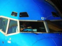Europa. Copiloto que baralha papéis na cabina do piloto Imagens de Stock
