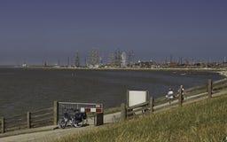 Europa d'écorce de bateau de navigation entrant dans Harlingen Image stock