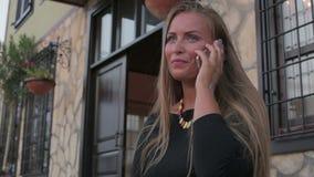 Europa dziewczyny młody piękny use smartphone ono uśmiecha się na słonecznym dniu zdjęcie wideo