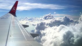 Europa, EL 20 DE MARZO DE 2019 - el ala del avión en las nubes hermosas, vídeo de Turkish Airlines de la cantidad 4k almacen de metraje de vídeo