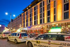 Europa, Escandinavia, Suecia, Goteburgo, taxis en Vallgatan en la oscuridad Fotografía de archivo libre de regalías