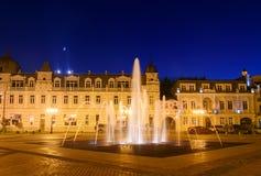 Europa fyrkant med den upplysta springbrunnen på natten Batumi Georgia Arkivbild