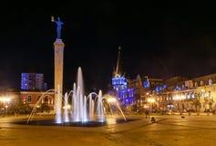 Europa fyrkant med den upplysta springbrunnen på natten Batumi Georgia Royaltyfri Fotografi