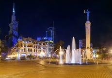 Europa fyrkant med den upplysta springbrunnen på natten Batumi Georgia Arkivfoton