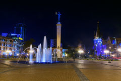 Europa fyrkant med den upplysta springbrunnen på natten Batumi Georgia Royaltyfri Foto