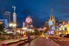 Europa fyrkant under blå timme, Batumi, Georgia royaltyfri foto