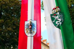europa Graz Áustria Bandeira da primeira república e a cidade de Graz fotos de stock royalty free