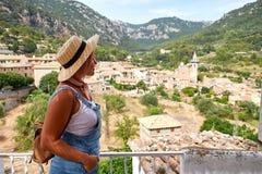 Europa Hiszpania podróży wakacje Szczęśliwa kobieta w słońce kapeluszu cieszy się przy widokiem na wiosce w Tramuntana górach tar Zdjęcie Royalty Free