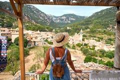 Europa Hiszpania podróży wakacje Szczęśliwa kobieta w słońce kapeluszu cieszy się przy widokiem na wiosce w Tramuntana górach tar Obraz Royalty Free