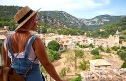 Europa Hiszpania podróży wakacje Szczęśliwa kobieta w słońce kapeluszu cieszy się przy widokiem na wiosce w Tramuntana górach tar Zdjęcie Stock