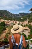 Europa Hiszpania podróży wakacje Szczęśliwa kobieta w słońce kapeluszu cieszy się przy widokiem na wiosce w Tramuntana górach tar Zdjęcia Royalty Free