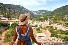 Europa Hiszpania podróży wakacje Szczęśliwa kobieta w słońce kapeluszu cieszy się przy widokiem na wiosce w Tramuntana górach tar Obrazy Stock