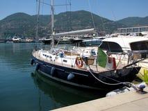 Europa italy Liguria Specia hamn Segla yachten som förtöjas på en pir Sommar 2015 Arkivfoton