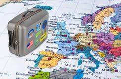 Europa-Karte und Reisefall mit Aufklebern (meine Fotos) Stockbilder