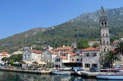 europa Kotor Schacht Damm der Küstenstadt Segelsport nahe Stadt Adriatisches Meer des Mittelmeerraumes Riviera von Montenegro Stockbilder