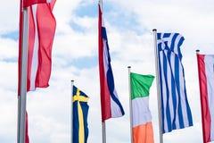 Europa landsflaggor mot en blå himmel Arkivbilder