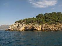 europa Mar Mediterráneo Costa al sudoeste de Turquía El navegar cerca de Ekinchik entre Gocek y Marmaris Cómo es pequeño es el ho fotografía de archivo
