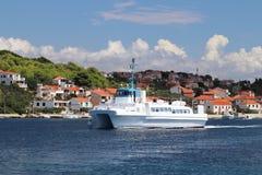 Europa Medelhavs- område adriatic hav croatia Dalmatian seascape Färja-katamaran som svävar mot bakgrunden av en sjösida royaltyfri foto