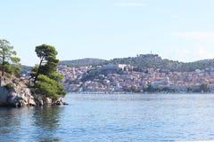 europa Mittelmeerraum ADRIATISCHES MEER Kroatien-Land dalmatia Panorama der Sibenik-Küstenstadt Sonniger Tag mit großen Wolken lizenzfreies stockfoto