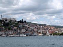 europa Mittelmeerraum ADRIATISCHES MEER Kroatien-Land dalmatia Panorama der Sibenik-Küstenstadt Sonniger Tag mit großen Wolken O Lizenzfreie Stockfotografie