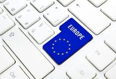 Europa-Netzkonzept. Blau- und Sternflagge kommen Knopf oder befestigen auf weißer Tastatur Stockfoto