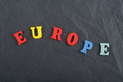 EUROPA ord på svart brädebakgrund som komponeras från träbokstäver för färgrikt abc-alfabetkvarter, kopieringsutrymme för annonst Arkivfoton