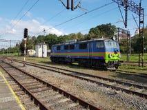 Europa poland Jaslo raiwal station Järnvägteknologi Det rörliga drevet av blått färgar på en station i solig dag Royaltyfri Fotografi