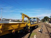 Europa poland Jaslo raiwal station Järnvägteknologi Tjänste- drev av gul färg på en station i solig dag Royaltyfri Foto